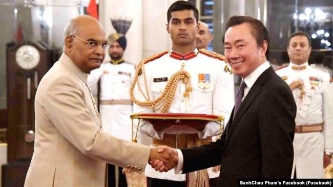 Tân Đại sứ Việt Nam tại New Delhi, ông Phạm Sanh Châu và Tổng thống Ấn Độ Ram Nath Kovind.
