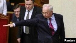 乌克兰总理阿扎罗夫(右)在基辅举行的一次议会会议上打手势。(2013年12月3日)