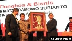 "Prabowo Subianto (kanan) dan adiknya, pengusaha Hashim Djojohadikusumo (kiri) dalam acara ""Tionghoa dan Bisnis di Mata Prabowo Subianto"" Jumat malam (7/12). (Courtesy: Media Center Prabowo-Sandi)"