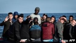 Des migrants sur un bateau à 24 kilomètres de la côte libyenne, le 12 mai 2018.