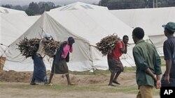 Kundi moja la wanawake wamebeba kuni za kuwashia moto kwenye kambi ya wakimbizi huko Naivasha Kenya.
