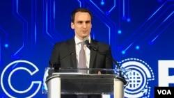 美国总统科技政策副助理2018年4月10日在美国商会一场活动上发表讲话。(美国之音林枫拍摄)