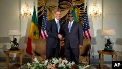 아프리카를 순방 중인 바락 오바마 미국 대통령(왼쪽)이 27일 세네갈 대통령궁에서 마키 살 대통령과 정상회담을 가졌다.