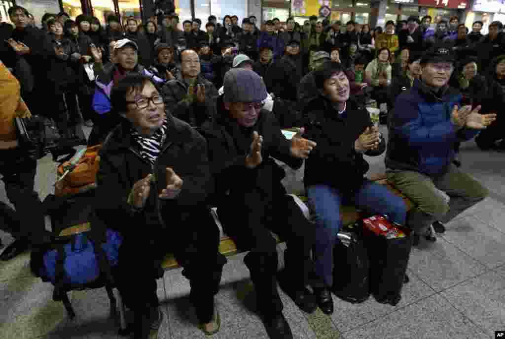 30일 한국 서울역에서 나로호 발사 성공에 환호하는 시민들.