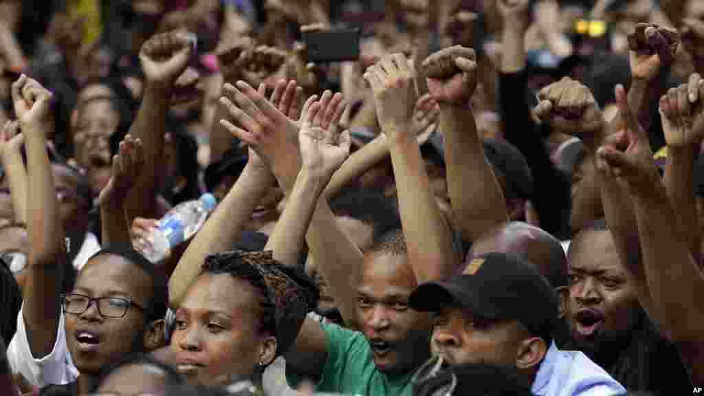 Des étudiants assis dans la rue lors de leur mouvement de protestation contre la hausse des frais de scolarité universitaire à l'extérieur du siège de parti au pouvoir., le Congrès national africain (ANC), à Johannesburg, Afrique du Sud, 22 octobre 2015.(AP Photo/Themba Hadebe)