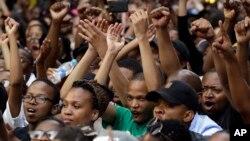 Des étudiants sud-africains protestant contre la hausse des frais de scolarité à l'université devant le siège parti au pouvoir (ANC) à Johannesburg, le 22 Octobre 2015. (AP Photo/Themba Hadebe)