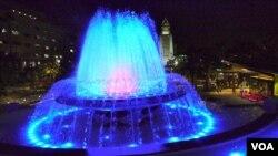 洛杉矶市府衬托喷泉(美国之音国符拍摄)