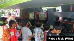 Anak-anak mantan anggota Gafatar memanfaatkan mobil pintar dan perpustakaan keliling, saat masih berada di wisma Transito Disnaker Provinsi Jawa Timur (Foto: VOA/Petrus)