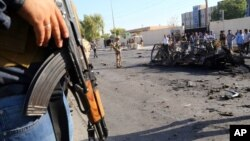 Pasukan keamanan Irak mengamankan lokasi serangan bom mobil di Kurdistan, Irak utara (29/9).