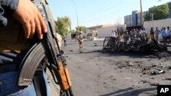 29일, 쿠르드 자치정부 수도인 아르빌에서 보안기구 소속 군인이 자동차 폭탄 테러가 발생한 현장에서 경비를 서고 있다.