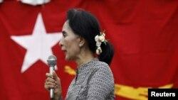 21일 미얀마 양곤에서 야당 지도자 아웅산 수치 여사가 선거 유세를 하고 있다.