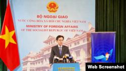 Ông Đỗ Hùng Việt, Vụ trưởng Vụ các Tổ chức quốc tế Bộ Ngoại giao Việt Nam tại cuộc họp báo ngày 25/3/2021. Photo VTV.