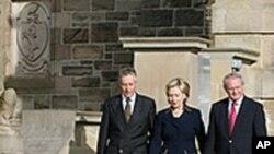 克林顿在北爱尔兰领导人陪同下离开议会