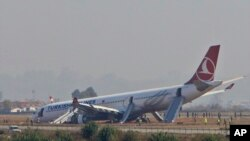 Pesawat Turkish Airlines sebelumnya juga tergelincir di landasan pacu bandara Tribhuwan - Kathmandu, Nepal pada 4 Maret 2015. (AP Photo/Niranjan Shreshta)