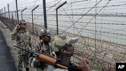 印度边境部队在印巴边界巡逻(资料照片)