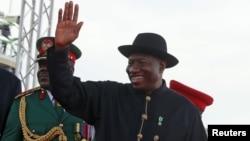 L'ancien dirigeant nigérians Goodluck Jonathan salue la foule à Abuja, Nigeria, le 29 mai 2015.