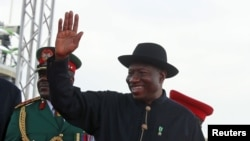 L'ancien dirigeant nigérians Goodluck Jonathan salue la foule à Abuja, Nigeria, le 29 mai 2015. REUTERS/Afolabi Sotunde