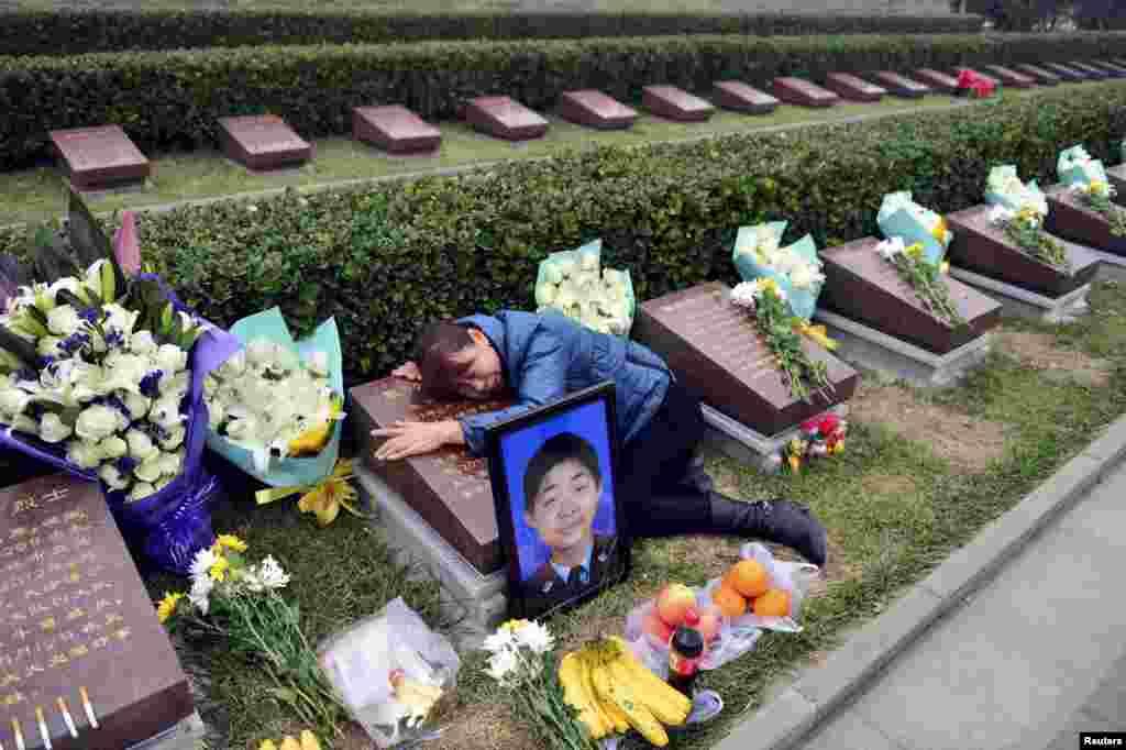 ម្តាយប៉ូលិសវ័យក្មេងមួយរូបដែលបានស្លាប់នៅអំឡុងពេលមានការផ្ទុះនៅកំពង់ផែ Tianjin នៅក្នុងខែសីហា បានយំសោក ខណៈដែលអ្នកស្រីប្រារព្ធពិធីបុណ្យសព ១០០ថ្ងៃសម្រាប់កូនប្រុស នៅឯកន្លែងកប់សព Tanggu Martyrs នៅក្រុង Tianjin ប្រទេសចិន។
