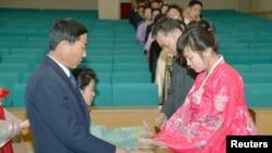 북한에서 9일 제13기 최고인민회의 대의원 선거 투표소가 열린 가운데, 평양에 마련된 한 투표소에서 투표를 하려는 주민들이 줄 서 있다.