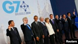Para pemimpin G7 (dari kiri): PM Italia Matteo Renzi, PM Canada Stephen Harper, Presiden AS Barack Obama, Presiden Uni Eropa Herman Van Rompuy, Kanselir Jerman Angela Merkel, PM Inggris David Cameron, Presiden Komisi Eropa Jose Manuel Barroso, Presiden Perancis Francois Hollande, PM Jepang Shinzo Abe dalam pertemuan G7 di Brussels (5/6).