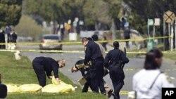 4月2日在加州奧克蘭一所大學發生校園槍擊案﹐奧克蘭警方用布覆蓋受害學生的屍體。