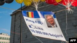 Une affiche avec une photo du prince héritier Philippe avec une icône «j'aime» de Facebook lors des célébrations de la Fête nationale belge, Belgique, 21 juillet 2013