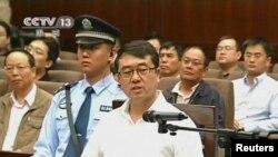 ອະດີດຜູ້ບັນຊາການຕຳຫຼວດ Wang Lijun ກ່າວໃຫ້ການຕໍ່ສານ ທີ່ເມືອງ Chengdu ໃນຮູບທີ່ຖ່າຍຈາກວີດີໂອຂອງໂທລະພາບ CCTV (18 ກັນຍາ 2012)