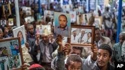 Anggota komunitas Yahudi Ethiopia memegang foto kerabat mereka di Israel, dalam acara solidaritas di sinagoga di Addis Ababa, Ethiopia, 28 Februari 2018. (Foto: dok)