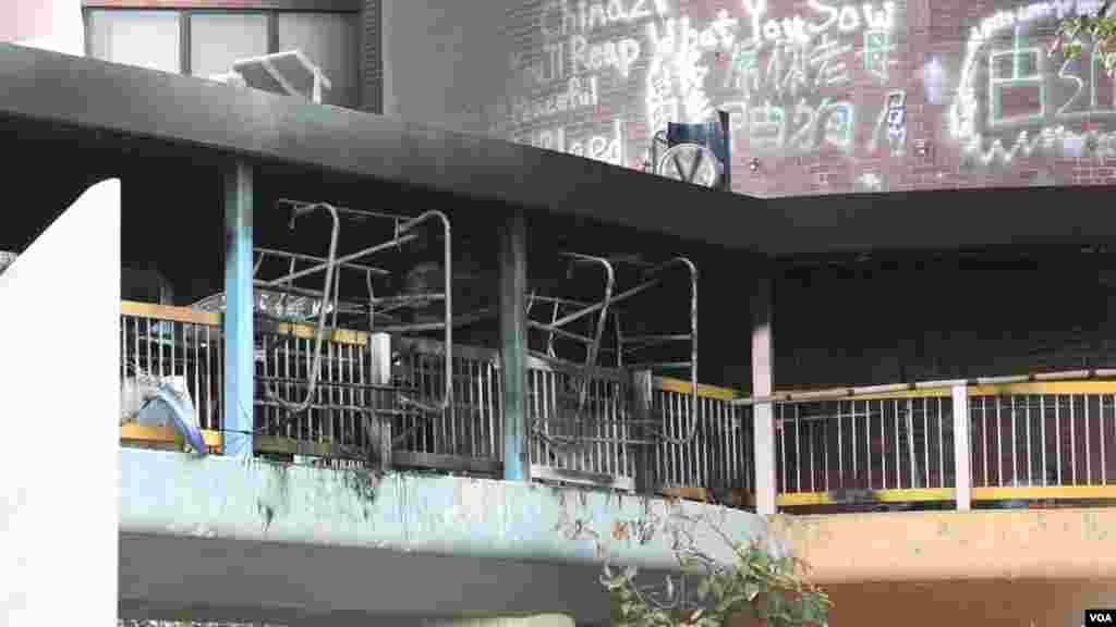 برخی از دانشجویان تحت محاصره پلیس در دانشگاه پلی تکنیک هنگ کنگ با به آتش کشیدن وسایل دانشگاه و سرگرم کردن پلیس، موفق به فرار شدند.