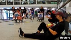 8月12日香港身穿黑衣的抗議者湧入香港機場﹐迫使機場管理局宣佈香港機場從8月12日下午開始停運。
