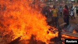 케냐에서 대선 재투표가 실시된 다음날인 27일 나이로비에서 선거에 반대하는 시위대가 바리케이트에 불을 지르고 항의를 계속하고 있다.