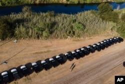 德克萨斯州安全部的车辆在格兰德河畔的一处移民营地附近排成阵势。(2021年9月21日)