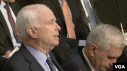 麦凯恩参议员(左)称中国继续填海造岛(2015年9月18日,美国之音黎堡拍摄 )