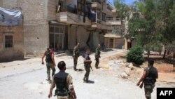 지난달 말 알레포 내 점령지역에서 순찰활동을 하고 있는 시리아 정부군 병사들. (자료사진)