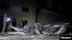 Polisi menginspeksi lokasi serangan bom mobil di Sana'a, Yaman (29/6). (Reuters/Khaled Abdullah)