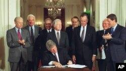 Serokê berê yê Amerîka Bill Clinton li Qesra Spî beşekî ji peymana NAFTA li 14î Îlona 1993 îmza dike.