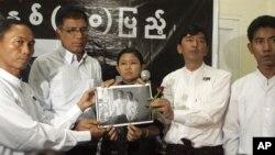"""Pemimpin gerakan mahasiswa """"Kelompok Mahasiswa Angkatan 88"""" Min Ko Naing (dua dari kanan), pemimpin senior Ko Ko Gyi (kiri) dan anggota lainnya memegang foto aktivis mahasiswa yang ditangkap pemerintah Burma, Jum'at (6/7)."""