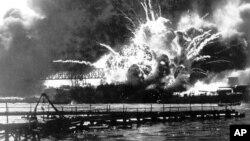 El 7 de diciembre de 1941 fuerzas japonesas ejecutaron un sorpresivo ataque a la base naval estadounidense de Pearl Harbor, Hawaii, lo que marcó el ingreso de EE.UU. a la Segunda Guerra Mundial.