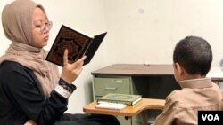 Huda Amin mengajar mengaji di Mustafa Center, masjid dan pusat komunitas Islam di Annandale, Virginia, Minggu (3/6).