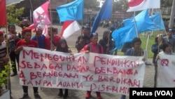 Puluhan mahasiswa dari berbagai elemen, seperti Gerakan Mahasiswa Nasional Indonesia (GMNI), Perhimpunan Mahasiswa Katolik Republik Indonesia (PMKRI), Gerakan Mahasiswa Kristen Indonesia (GMKI), serta Himpunan Mahasiswa Islam (HMI) Surabaya, melakukan aksi unjuk rasa di depan kantor Dinas Pendidikan Kota Surabaya, 2 Mei 2017 (Foto: VOA/Petrus Riski)