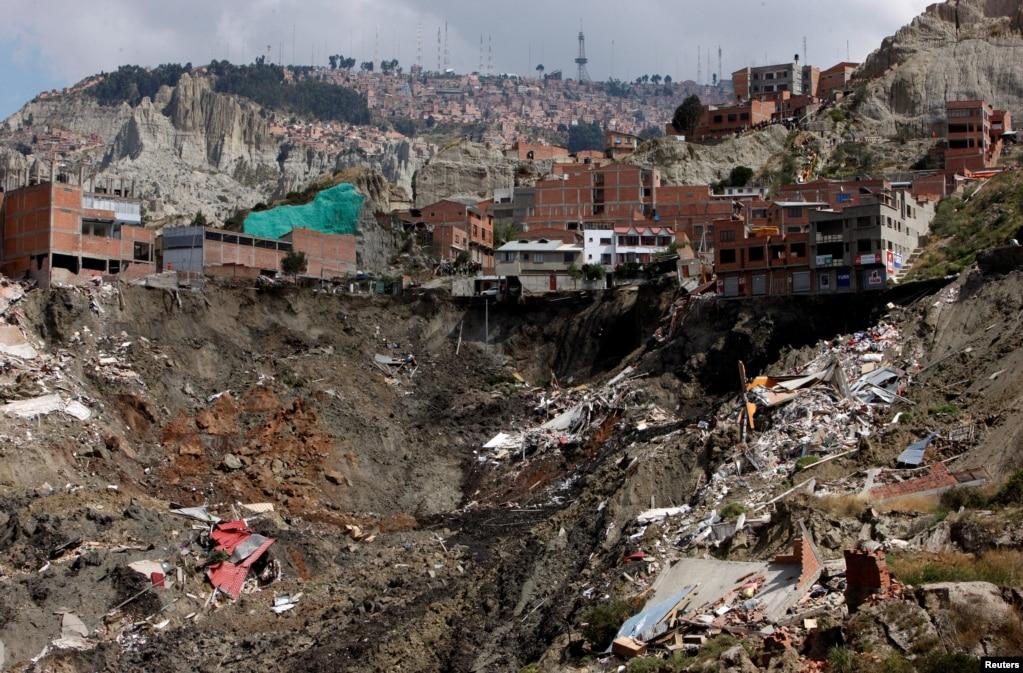 Обломки домов, разрушенных в результате оползня, видны в Ла-Пасе, Боливия, 1 мая 2019 года.