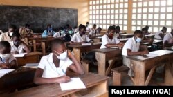 Des élèves portant des masques en classe, Lomé, 15 juin 2020. (VOA/Kayi Lawson)