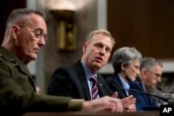Arhiva - V.D. sekretara odbrane SAD Patrick Shanahana, u centru, gotovoi pred Senatovim Komitetom za oružane snage, 11. april 2019.