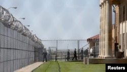 In pushing criminal justice reform, U.S. President Barack Obama (not shown) and aides visit El Reno Federal Correctional Institution in Oklahoma, July 16, 2015. Some nonviolent drug offenders are getting early release from U.S. prisons, and some are being