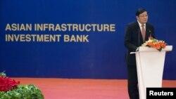 លោក Lou Jiwei រដ្ឋមន្រ្តីហិរញ្ញវត្ថុរបស់ចិនថ្លែងនៅក្នុងកិច្ចប្រជុំបើកនៃក្រុមទេសាភិបាលនៃធនាគារវិនិយោគហេដ្ឋារចនាសម្ព័ន្ធអាស៊ីដែលហៅកាត់ថា AIIB នៅក្នុងក្រុងប៉េកាំង ប្រទេសចិន កាលពីថ្ងៃទី១៦ ខែមករា ឆ្នាំ២០១៦។