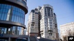 Edificio del banco ruso Evrofinance Mosbarbank en Moscú, la única institución bancaria internacional dispuesta a desafiar la campaña de EE.UU. para descarrilar el Petro, la criptomoneda venezolana. (Foto AP / Pavel Golovkin). Abril 24 de 2018.