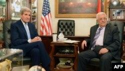 Ngoại trưởng Mỹ John Kerry (trái) họp với Tổng thống Palestine Mahmoud Abbas tại thủ đô Amman của Jordan, 24/10/2015.