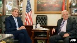 ລັດຖະມົນຕີຕ່າງປະເທດສະຫະລັດ ທ່ານ John Kerry (ຊ້າຍ) ພົບປະກັບປະທານາທິບໍດີ ປາແລສໄຕນ໌ ທ່ານ Mahmoud Abbas ທີ່ນະຄອນຫຼວງອຳມານ ຂອງຈໍແດັນ. (24 ຕຸລາ 2015)