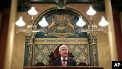 Gubernur Michigan Rick Snyder menyampaikan sambutan di hadapan para anggota Senat dan DPRD di gedung parlemen daerah di Lansing, Michigan (19/1).