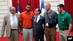 Bidix illaa Midig: Chris Norman, Anthony Sadler, Madaxweyne Francois Hollande, Spencer Stone, iyo Alek Skarlatos .
